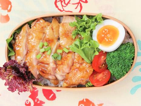 「お弁当の味方♪ とり重のたれ」を焼いた鶏肉やネギにからめるだけで、ジューシィなとり重弁当が完成!