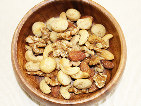スモークの香りとベーコンの香りが間違いなくナッツから漂っています