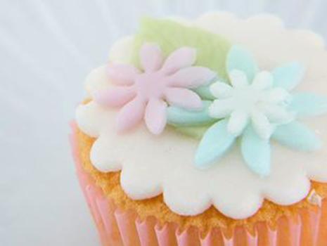 デコレーションカップケーキは、やさしいパステルカラーのお花が色とりどりに散りばめられていて可愛さ満点。