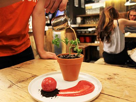 植木鉢(緑の部分は、パセリで出来ています)にミルクティーをかけてから頂く、という手の込んだ演出
