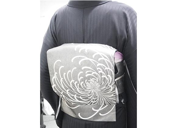 お着物って「きれい」っていう表現をよくされますけど、これは「カッコイイ」っていう言葉が先に出てくる、そんな粋な帯です。