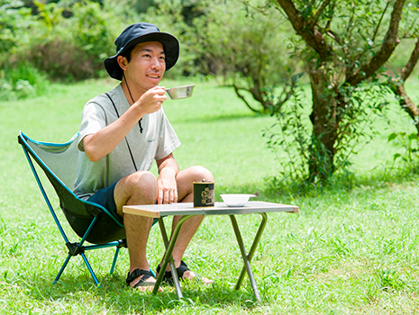 焙煎はキャンプ気分も盛り上げる。新緑の中で煎りたてのほうじ茶を味わうのは最高!