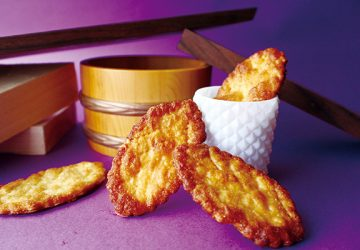 サクッとした歯ごたえの中に漂う醤油の風味がやさしい。奈良、吉方庵の「焦がししょうゆパイ」