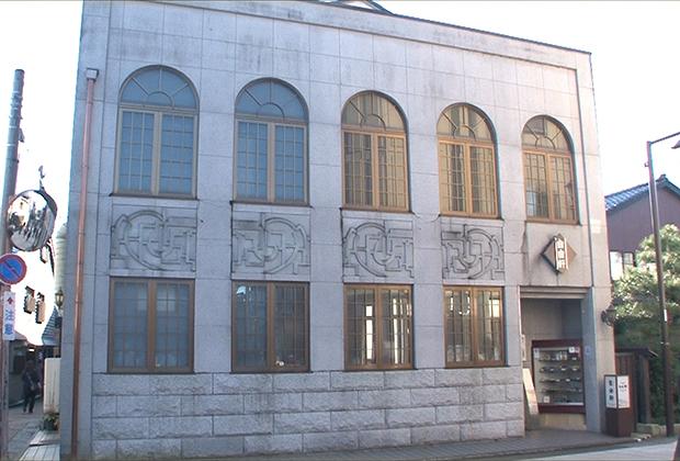 多くの地方都市で観光名所となってる旧銀行跡、みたいな表現がぴったりのモダンな建物である。