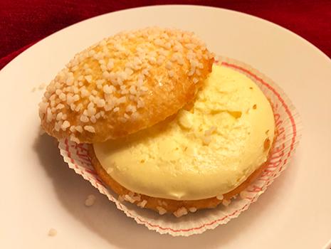 ブリオッシュ生地は、柔らかいドーナツパンといった食感で、中には濃厚なクリームがたっぷり!