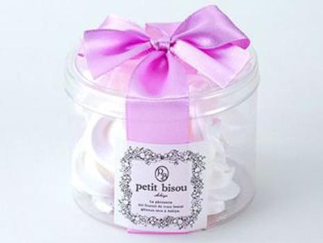 ピンクのリボンに包まれたメレンゲも思わずため息がもれるほどの可愛らしさ