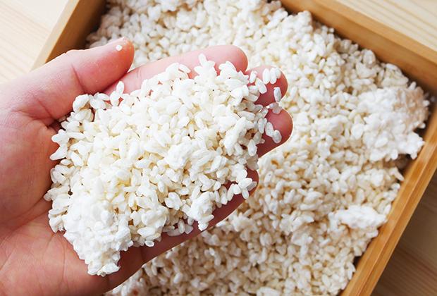 白扇酒造さんでは、みりん作りの要となる麹を、約2日間かけて、すべて手作業で作られています。