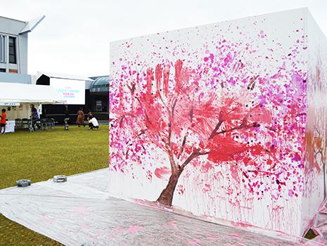 みんなの手形、一つ一つが桜の花になっています