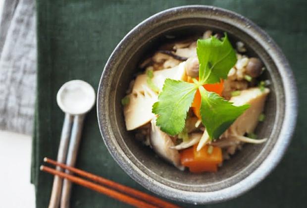 「鮭醤油」を活用したレシピ『タケノコときのこの旨味炊き込みご飯』