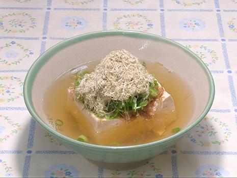 湯豆腐のようなちょっとしたツマミ系も含め、大胆で達筆な筆文字が連なっている