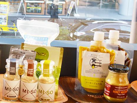 月星食品のソース『DELI(パクチーラー油/ガーリックカレーマヨネーズ)』や、和泉屋商店の『×Miso』