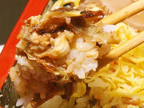 混ぜられた海鮮やシイタケ等の食材も同時に絡まって新たなるうま味が登場する
