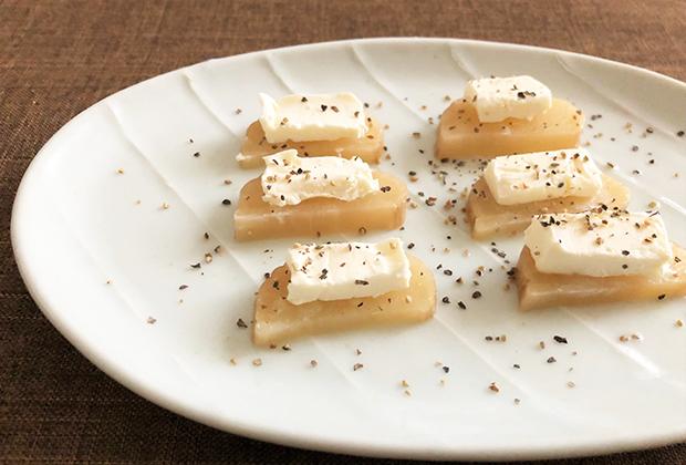 クリームチーズをのせて粗びきの黒こしょうをふるだけで、ワインに合う一皿に