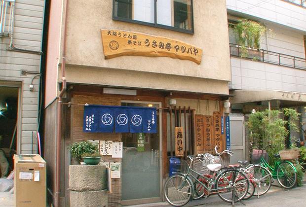 ぼくが大阪で暮らしていた30年以上前、いやそれよりもっともっと以前から、ここは「松葉家」というきつねうどん発祥の店として君臨