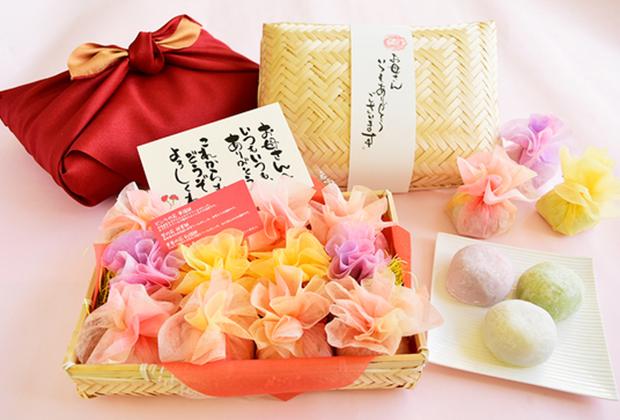 和菓子と一緒にお花をセットとして贈り物にできないかと模索して出来たのがこちらの「和菓子の花束籠盛りセット」