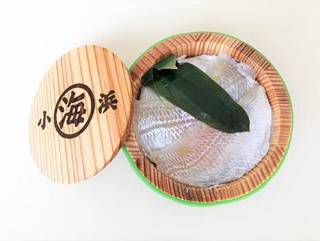 蓋を開けると、笹の葉と美しい透き通るような鯛の切り身が入っています