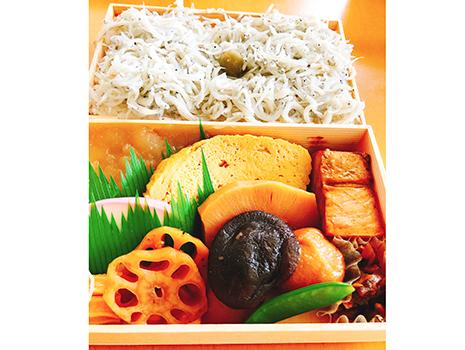 東京を代表する名弁当・日本橋弁松総本店の「並六」の白飯に山盛りトッピング