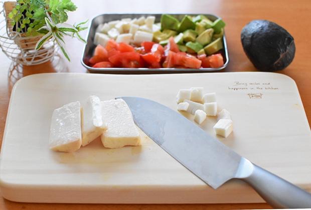アボカドは、1cm角の角切りにし、レモン果汁をふるっておく。トマト、山芋も1cm角の角切りにする。
