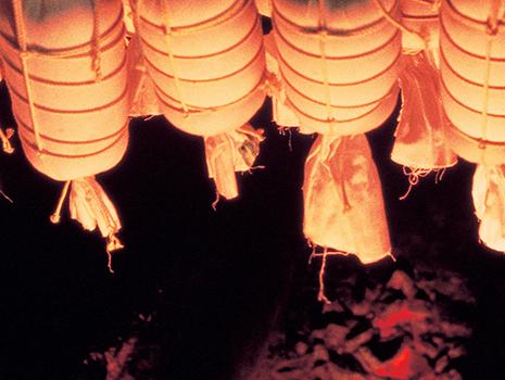 肉の柔らかさが逃げないように、遠火の炭火で約1時間半もかけてゆっくりと乾燥させます