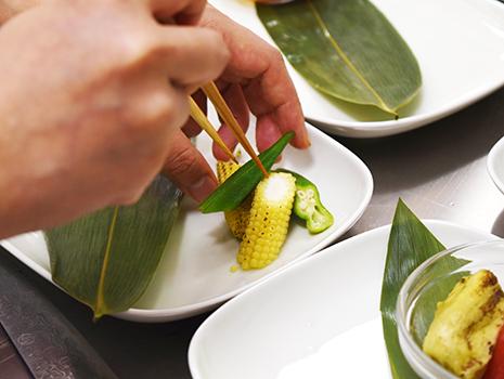 白和えには、今、お仕事でご一緒している「ビーエイチエヌ」さんからいただいた喜界島の長命草(ボタンボウフウ)を使った販売直前の青汁を混ぜています