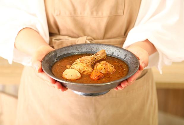 今回ご紹介する「らっきょのチキンスープカレー」。札幌の有名カレー店の味を再現したプレミアム感たっぷりの逸品です