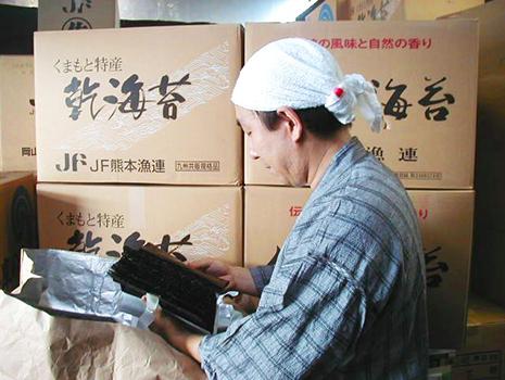 ダシは手間暇かけて手作業で作られ、海苔1枚1枚に丁寧に塗って乾燥させ、1週間ゆっくりと熟成