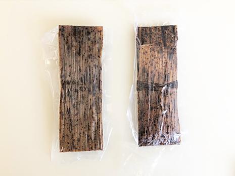 パッケージをあけると、竹の皮に包まれた羊羹が、真空パックになっています