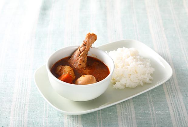 スプーンで簡単にほぐせるチキンレッグ、歯ざわりのいいにんじんやじゃがいも、ゆで卵も美味