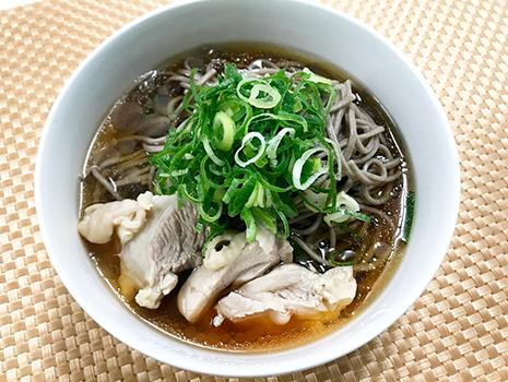 麺をゆでて、別のお鍋でゆでた鶏もも肉を切って添えます。上からネギをかけて・・・