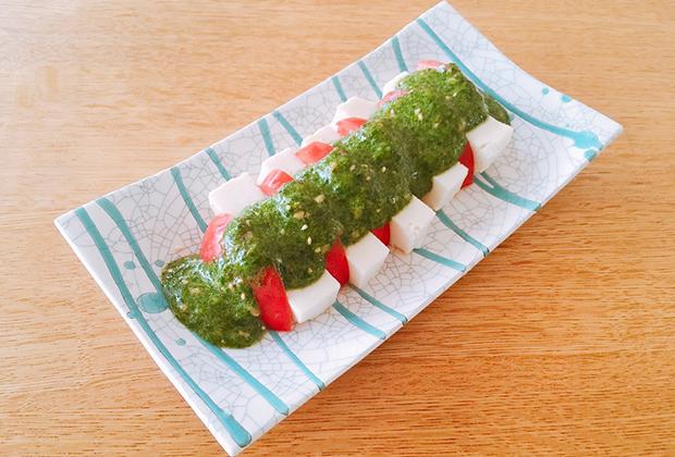 「太白純正胡麻油」を活用したレシピ『トマトと塩豆腐のモロヘイヤとつるむらさき添え』