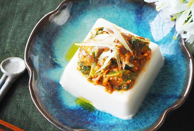 「北海道の恵」を活用したレシピ『オクラと大葉の辛味噌のっけ冷ややっこ』