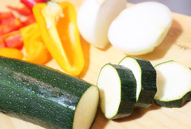 <材料>ズッキーニ(1cm幅の輪切り)、パプリカ(乱切り)、玉ねぎ(1cm幅のくし型切り)
