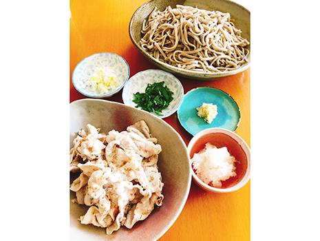 鶏ハムを煮た野菜出汁が旨かったので、麺つゆにして日曜の昼は豚しゃぶそばに