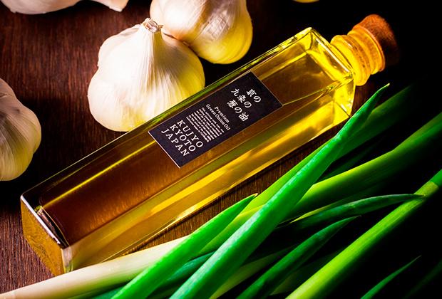 なたね油をベースに九条ねぎを煮出して香りを移すのですが、すべて手作り