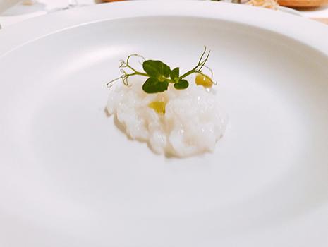 その素敵な前菜、メインをスタートのコンソメスープとおかゆ、〆の海老出汁の五島うどんで挟み込む