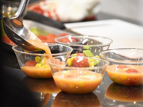 「たまご」をテーマに紹介されたのは、栄養満点のアボカドと熊本特産のトマトを使用した冷たい茶碗蒸し