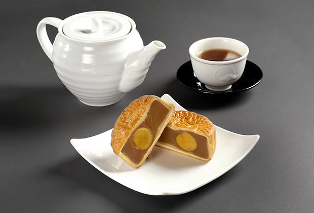 「蛋黄蓮蓉月餅」(塩漬卵黄入蓮の実あん月餅)は、蓮の実あんの中に、満月に見立てたアヒルの卵の塩漬けが入っています