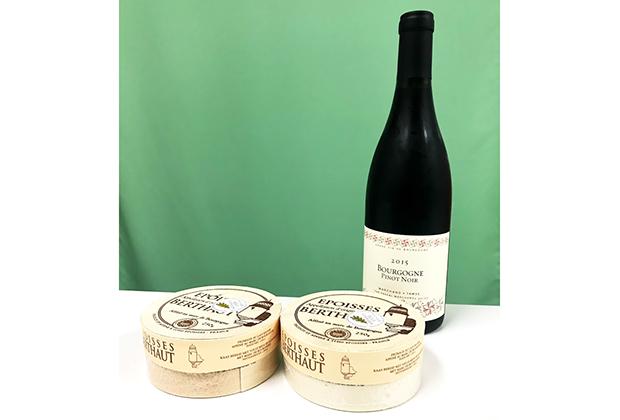 届いたのはおしゃれな赤ワインと2つのエポワス!