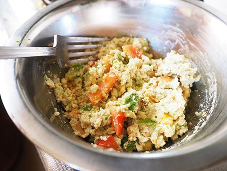 切ったアボカドとパプリカ、くるみを入れ、フォークでさらによく混ぜ、味を調えて器に盛る