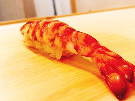 生きている海老を、注文が入ってから茹でる握りは必食