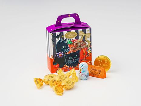 「ステラ ディ ハロウィン」は、キラキラの星空の下でハロウィンパーティをする黒猫たちが描かれたパッケージです