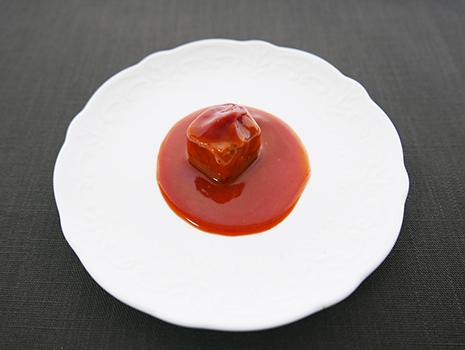 豆腐ようは、乾燥した木綿豆腐を泡盛と麹(黄麹、紅麹)に漬け込み、発酵・熟成させたものです