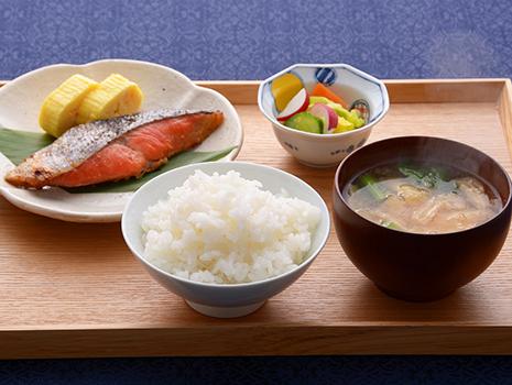 今回ご紹介する「『和(NAGOMI)』詰合せギフトセット」(カネシン)は、東北有数の港を擁する宮城県石巻市から届く漬け魚のセット