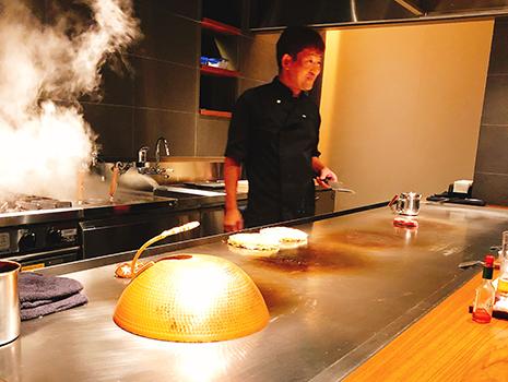 鉄板での調理パフォーマンスが楽しく、ひとりでもまったく退屈しない