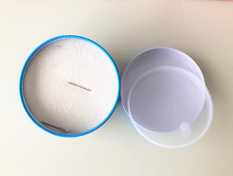 蓋を開けると、白いさらさらの粉に何かが見えます