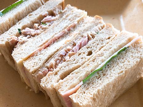 娘のお昼。大船軒のサンドウイッチみたいにシンプルなのが作りたかったんだけど、勇気が無く