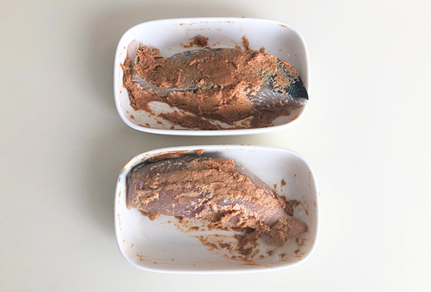 サワラの切り身に軽く塩を振って、30分置き、水気を拭いて、奈良漬の粕に漬けました