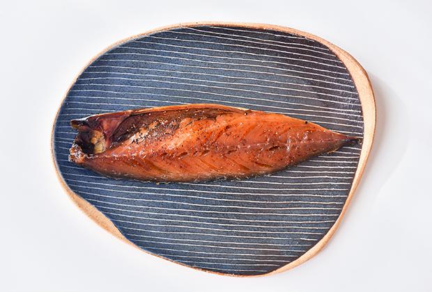 この「アタラシイヒモノ」は、伝統的な干物に、ハーブやスパイスなどで調味することで作られた「洋風干物」なんです!