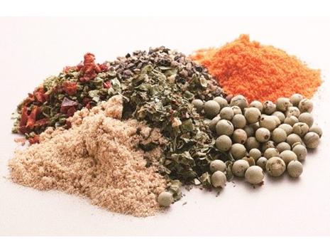 化学合成の発色剤や結着剤を加えず、独自ブレンドの香辛料で自然な色と濃厚な味を実現しました