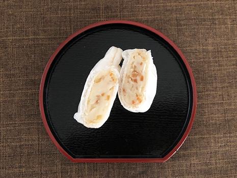 中は普通の小豆あんではなくて、白いんげんのあんに刻んだ奈良県産吉野柿とキャラメルで煮込んだアーモンド、濃厚なミルク飴、国内産練乳、が練り込まれています